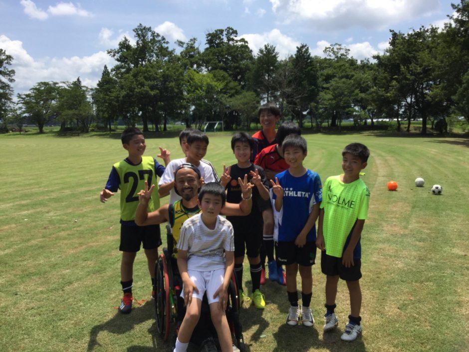 車椅子のコーチと子どもたち