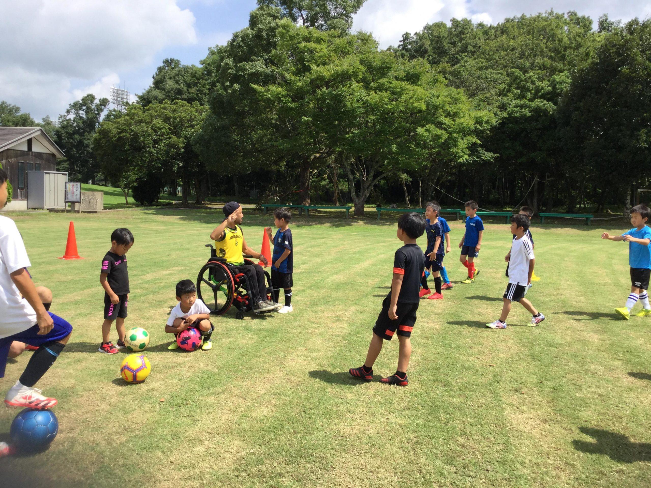 車椅子のコーチとサッカーの練習
