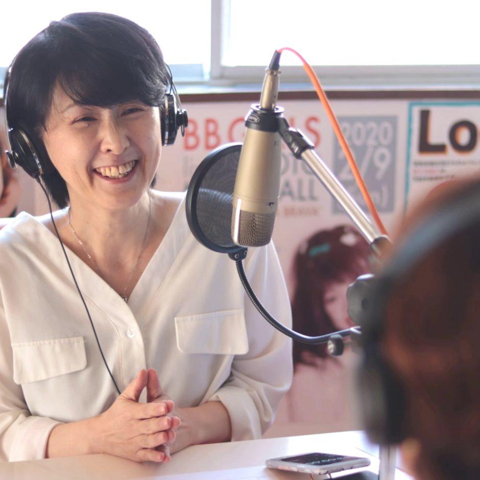 ラジオで話す女性