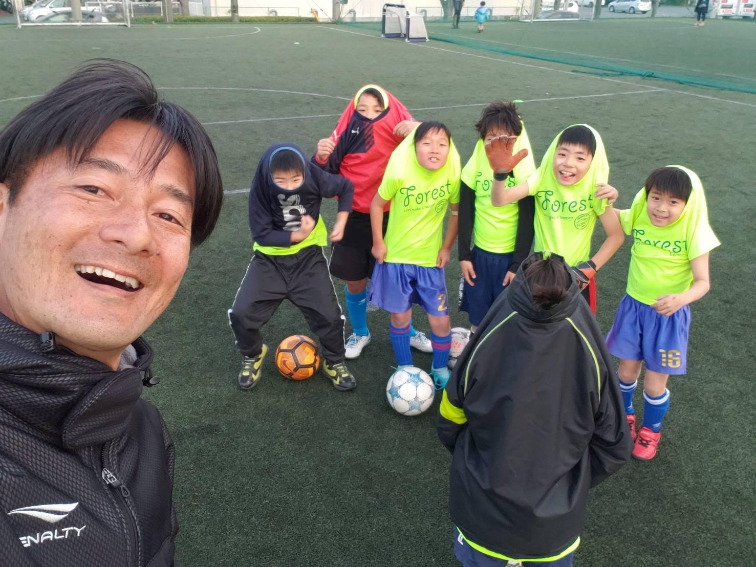 サッカーコーチと子どもたち